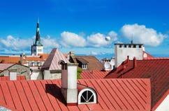 Vista sopra i tetti e gli spiers della chiesa di vecchia Tallinn Immagini Stock Libere da Diritti