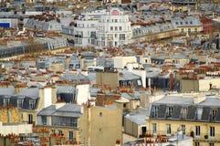 Vista sopra i tetti ed i camini di Parigi fotografia stock libera da diritti