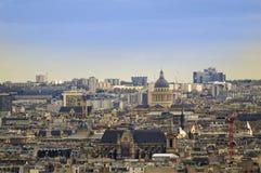 Vista sopra i tetti ed i camini di Parigi fotografia stock