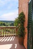 Vista sopra il balcone alle colline della Toscana fotografia stock libera da diritti