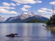 Vista sopra il bello lago blu Maligne un giorno di estati Fotografie Stock
