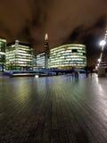 Vista sopra il coccio, la costruzione europea più alta, alla notte da Immagini Stock