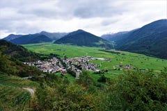 Vista sopra il comune di Malles Venosta nel Tirolo del sud Immagine Stock Libera da Diritti