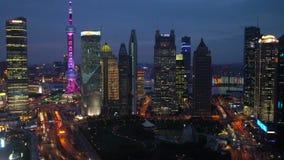 Vista sopra il distretto finanziario di Pudong al crepuscolo, Shanghai stock footage
