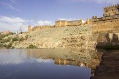 Vista sopra il fiume di Oum Errabia e la città di Kasba Tadla in Béni-Mellal fotografia stock libera da diritti