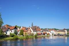 Vista sopra il fiume Murg alla vecchia città di Gernsbach Fotografie Stock