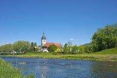 Vista sopra il fiume Murg sul san Laurentius della chiesa di parrocchia Fotografia Stock