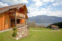 Vista sopra il lago Attersee - coltivi le feste, terra di Salzburger - alpi Austria Immagini Stock