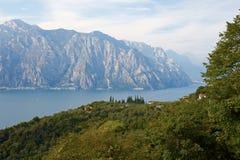 Vista sopra il lago Garda in Italia Immagine Stock