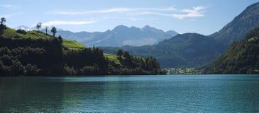 Vista sopra il lago Lungern (Svizzera) un giorno di settembre Fotografie Stock Libere da Diritti