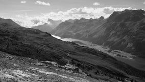 Vista sopra il lago Sils nei precedenti (Engadin, Svizzera) ed il lago Silvaplana (priorità alta) Immagini Stock Libere da Diritti