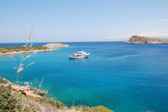 Vista sopra il mare blu e una barca in un giorno soleggiato immagine stock libera da diritti