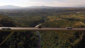 Vista sopra il ponte da dron nel giorno archivi video