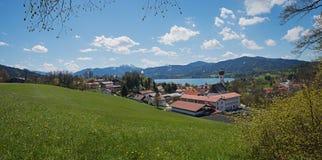 Vista sopra il tegernsee del villaggio e del lago del gmund, terra bavarese della molla Fotografie Stock