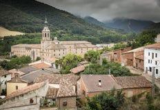 Vista sopra il villaggio del ¡ n de la Cogolla di San Millà ed il monastero di Yuso Fotografie Stock