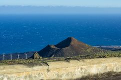 Vista sopra il vulcano de Teneguia e le saline de Fuencaliente de la Palma, La Palma fotografia stock