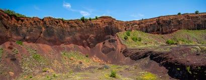 Vista sopra il vulcano estinto di Racos nella contea Romania di Brasov fotografia stock libera da diritti