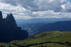 Vista sopra l'alpe ed i prati verdi in valle nel Tirolo del sud Immagini Stock