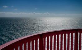 Vista sopra l'oceano con il corrimano Fotografia Stock Libera da Diritti
