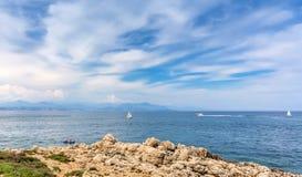 Vista sopra la baia dal ` Antibes, Antibes del cappuccio d Immagini Stock Libere da Diritti