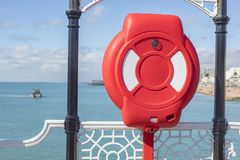 Vista sopra la boa di Brighton Beach With Safety Red Immagini Stock