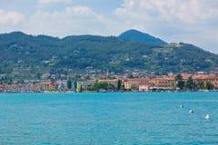 Vista sopra la città del lago Garda e di Salo Immagine Stock Libera da Diritti