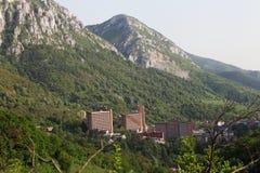 Vista sopra la città della stazione termale di Herculane in Romania Fotografie Stock Libere da Diritti