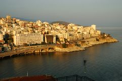 Vista sopra la città di Kavala, Grecia, al tramonto Fotografie Stock Libere da Diritti
