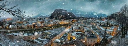 Vista sopra la città di Salisburgo, Austria con neve di caduta Fotografia Stock