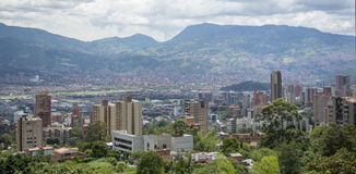 Vista sopra la città Medellin in Colombia fotografie stock