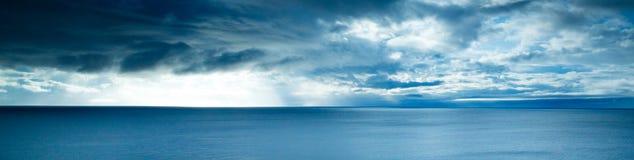 Vista sopra la costa a distanza in Scozia del Nord Fotografia Stock