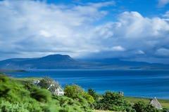Vista sopra la costa a distanza in Scozia del Nord Immagine Stock