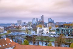 Vista sopra la parte moderna di Vilnius, Lituania fotografia stock