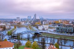 Vista sopra la parte moderna di Vilnius, Lituania immagini stock