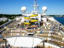 Vista sopra la piattaforma dello stagno della nave da crociera Costa Magica immagini stock