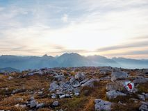 Vista sopra la scogliera e la valle alpine Sun all'orizzonte, cielo blu con poche nuvole Montagne delle alpi Immagine Stock Libera da Diritti
