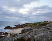 Vista sopra la spiaggia rocciosa fotografie stock