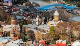 Vista sopra la vecchia città di Tbilisi e la cattedrale ortodossa di Sioni, Georgia immagine stock