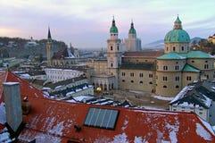Vista sopra la vecchia città a Salisburgo nella sera Fotografie Stock