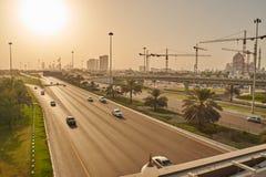 Vista sopra la via di Abu Dhabi con la grande moschea Immagini Stock Libere da Diritti