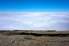Vista sopra le nuvole con le rocce nella priorità alta Fotografie Stock Libere da Diritti