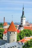 Vista sopra le pareti di Tallinn, Estonia Immagini Stock