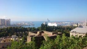 Vista sopra Malaga con gli alberi, il mare e una nave Fotografie Stock