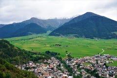 Vista sopra Malles Venosta nel Tirolo del sud vicino al confine in Austria ed in Svizzera Immagini Stock Libere da Diritti