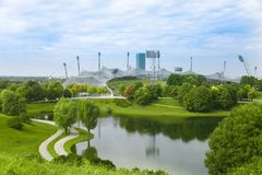 Vista sopra Olympiapark a Monaco di Baviera, Baviera, Germania Parco verde Fotografia Stock