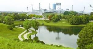 Vista sopra Olympiapark a Monaco di Baviera, Baviera, Germania Parco verde Fotografia Stock Libera da Diritti