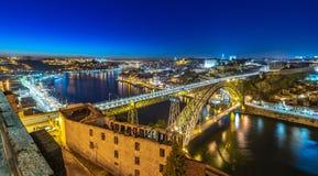 Vista sopra Oporto alla notte fotografia stock libera da diritti