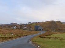 Vista sopra paesaggio nudo arancio autunnale, strada del sinle, meandri, alte colline rocciose Immagini Stock Libere da Diritti