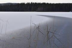 Vista sopra un lago con ghiaccio con una crepa in  Immagine Stock