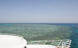 Vista sopra una barriera corallina tropicale fuori in mare Fotografie Stock